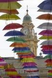 Bunte Regenschirme dekorativ in der Stadt stockbild