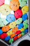 Bunte Regenschirme, die über der Gasse hängen Kosice, Slowakei Lizenzfreie Stockbilder