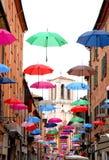 Bunte Regenschirme, die in Ferrara fliegen Stockfotos