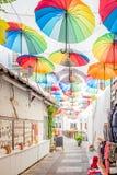 Bunte Regenschirme, die unten an den schmalen Straßen von Bodrum hängen lizenzfreies stockfoto