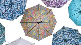 Bunte Regenschirme gegen weißen Hintergrund stockfotografie