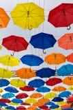 Bunte Regenschirme im Himmel Stockbild
