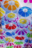 Bunte Regenschirme im Himmel Lizenzfreie Stockbilder