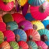 Bunte Regenschirme am Markt Lizenzfreies Stockbild