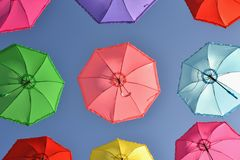 Bunte Regenschirme unter Himmel lizenzfreie stockbilder