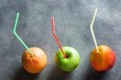 Bunte reife organische Frucht-Mango-Pampelmuse Apple mit Stroh-der neuen Saft-Gesundheit Detox-Reinigung Lizenzfreie Stockfotografie