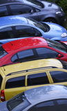 Bunte Reihe der Autos Lizenzfreies Stockfoto