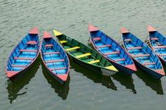 Bunte Reihenboote angekoppelt auf See Phewa in Pokhara lizenzfreies stockfoto
