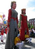 Bunte Riesen Papier-mâchézahlen marschieren während des Festivals von Giants stockbild