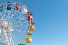 Bunte Riesenrad herein den Vergnügungspark Tibidabo auf Hintergrund des blauen Himmels, Barcelona, †‹â€ ‹Spanien lizenzfreie stockfotos