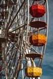 Bunte Riesenrad herein den Vergn?gungspark Tibidabo auf Hintergrund des blauen Himmels stockfoto