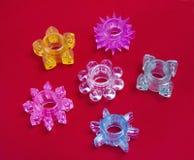 Bunte Ringe des Liebesspielzeugs für Aufrichtung auf Rot lizenzfreies stockfoto