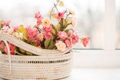 Bunte Rosen in einem Korb auf Fensterbrett lizenzfreies stockfoto