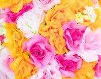 Bunte Rosenblume vom mehrfarbigen schönen Hintergrund des Gewebes mit Kopienraum addieren Text Lizenzfreie Stockfotos