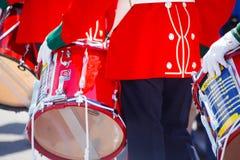 Bunte rote Nahaufnahme des britischen Militärschlagzeugers Lizenzfreies Stockfoto