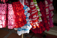 Bunte rote rosa Zigeunerkostüme Stockfotografie