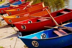 Bunte Ruderboote markiert mit Zahlen stockfotos