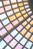 Bunte Rundbauglaskuppel bei Tate Britain in London Stockfotos