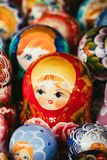 Bunte russische Verschachtelungs-Puppen Matrioshka an Stockfotografie