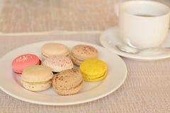 Bunte süße Makrone mit Tee Stockfotografie