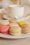Bunte süße Makrone mit Tee Stockbilder