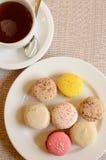 Bunte süße Makrone mit Tee Lizenzfreies Stockfoto