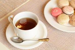 Bunte süße Makrone mit Tee Stockfoto