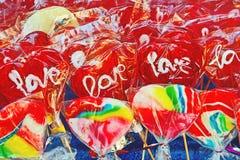 Bunte süße Süßigkeiten am Straßenmarkt Stockfotos
