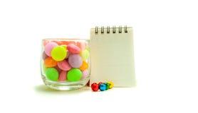Bunte Süßigkeit im Glas auf weißem Hintergrund lizenzfreie stockbilder
