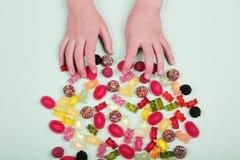 Bunte Süßigkeiten auf Pastelltürkishintergrund stockfotos