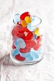 Bunte Süßigkeiten im Glasglas Stockfotos