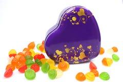 Bunte Süßigkeiten im Herzformkasten Stockfotografie