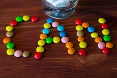 Bunte Süßigkeiten und Bonbons auf einem hölzernen Hintergrund Lizenzfreie Stockfotografie