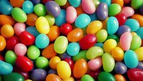 Bunte Süßigkeits-Bohnen, die Nahaufnahme drehen stock video