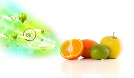 Bunte saftige Früchte mit grünen eco Zeichen und Ikonen Stockfotografie
