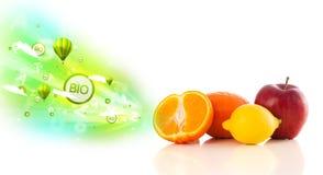 Bunte saftige Früchte mit grünen eco Zeichen und Ikonen Stockbild