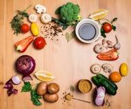 Bunte Salatbestandteile auf rustikalem hölzernem Hintergrund mit Kopie Lizenzfreies Stockbild