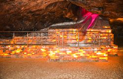 Bunte Salzbacksteinmauer innerhalb Khewra-Bergwerkes lizenzfreie stockfotos