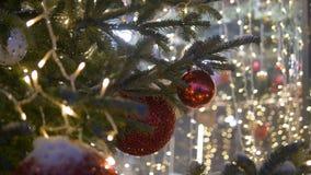 Bunte Sammlung Weihnachtsbälle nützlich als Hintergrundmuster, Nahaufnahme stock video