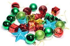 Bunte schöne Dekorationen der Nahaufnahme Weihnachtsauf einer Weißrückseite Stockbilder