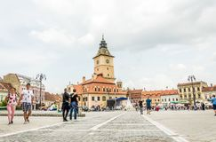 Bunte schöne Straßen der mittelalterlichen europäischen Stadt von Brasov in Rumänien Lizenzfreie Stockfotografie