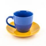 Bunte Schale des Tees und des Kaffees auf Weiß Lizenzfreie Stockfotografie