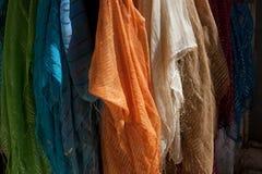 Bunte Schals auf Jerusalem-Markt Stockfotografie