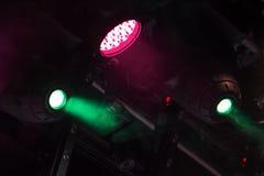 Bunte Scheinwerferlichter über dem Stadium stockfotografie