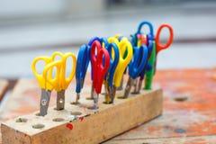 Bunte Scheren für Kinder für die Herstellung der Kunst, Nahaufnahme. Stockfotos