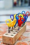 Bunte Scheren für Kinder für die Herstellung der Kunst, Nahaufnahme. Stockfoto