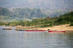 Bunte Schiffe in den Banken des Mekongs Stockbild