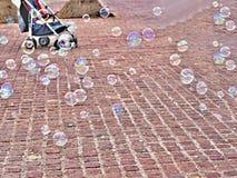 Bunte, schillernde, große Seifenblasen schwimmen stockfotografie