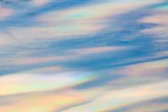 Bunte schillernde Wolke, schöne Regenbogenwolke Stockbild