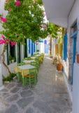 Bunte schmale Gasse in den Milos Insel, Griechenland stockfotografie